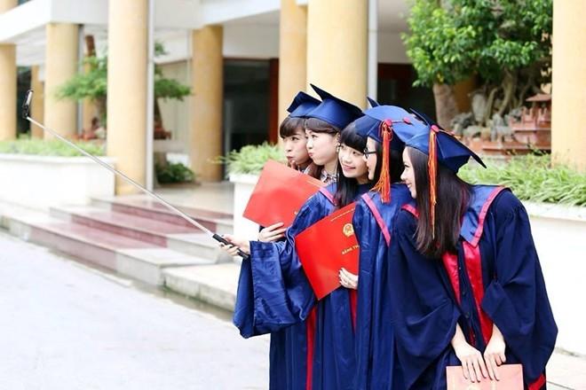 """""""Chuồn chuồn ớt"""" Ngọc Khuê và các bạn sử dụng gậy selfie để chụp ảnh trong lễ tốt nghiệp thạc sĩ của Đại học Văn hóa Hà Nội."""