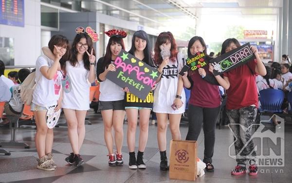 Các Blackjack (tên gọi của FC 2NE1) đã mang theo rất nhiều poster, banner để đón các idol của mình.