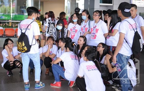 Trưởng fan đang phổ biến đội hình để đón các cô gái.