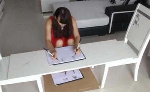 Choáng với cô gái cùng lúc viết bằng cả bốn chân tay
