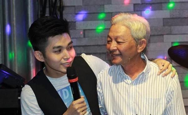 """Isaac chụp ảnh """"tự sướng"""" cùng bố mẹ Jun hát tặngbố."""