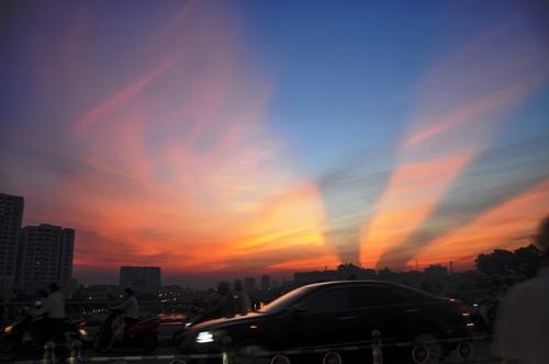 Xuất hiện tia sáng kì lạ trên bầu trời Sài Gòn