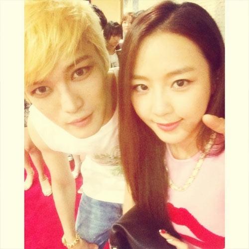 Yewon (Jewerly) khoe hình chụp cùng Jaejoong khi đến tham dự concert của JYJ