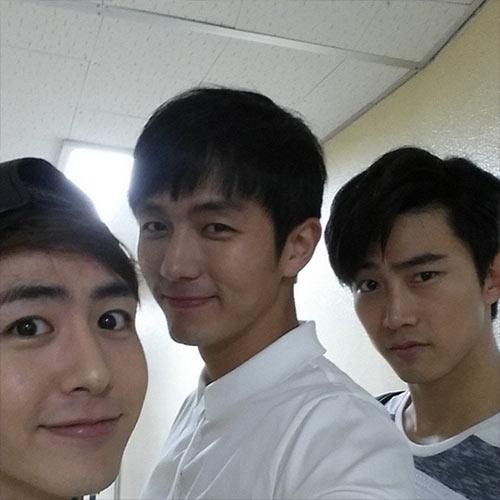 Seulong cũng khoe hình chụp cùng hai thành viên của 2PM là Nichkhun và Taecyeon