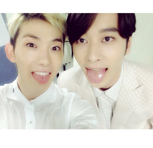Ngoài Nichkhun, Jokwon cũng đăng hình tạo dáng nhắng nhít cùng Chansung trong hậu trường JYP Nation