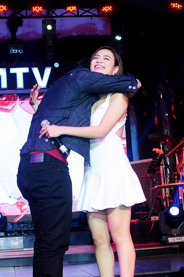 Harry Lu né hôn bằng cách ôm chặt lấy Hoàng Thùy Linh - Tin sao Viet - Tin tuc sao Viet - Scandal sao Viet - Tin tuc cua Sao - Tin cua Sao