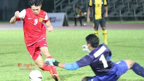 U19 Việt Nam vấp phải lối chơi thực dụng của U21 Malaysia - Ảnh: Đức Nguyễn