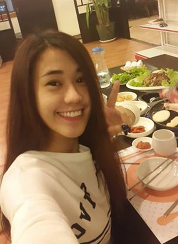 Hot girl Ngọc Thảo tự tin khoe gương mặt mộc xinh xắn bên cạnh một bàn đầy ngập thức ăn.