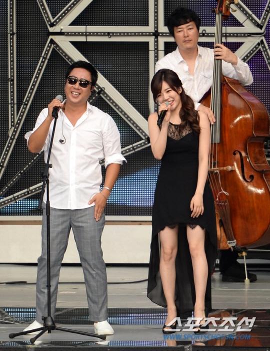 Màn kết hợp độc đáo của Sunny, Lee Dong Woo và Song Kwak Sik trong ca khúc Fly To The Moon