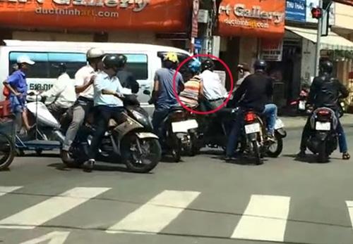 Đi Mercedes quay video dàn cảnh móc túi giữa đường Sài Gòn