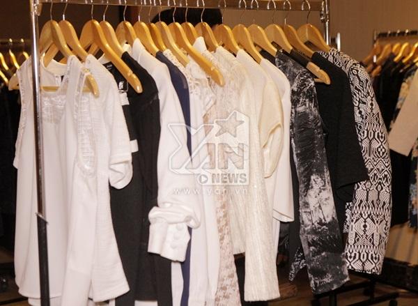 Trong buổi họp báo, Zalora cho trưng bày một số mẫu trang phục nam nữ, phụ kiện, giày dép để đại diện các đơn vị truyền thông có thể trực tiếp cảm nhận chất lượng từng sản phẩm.