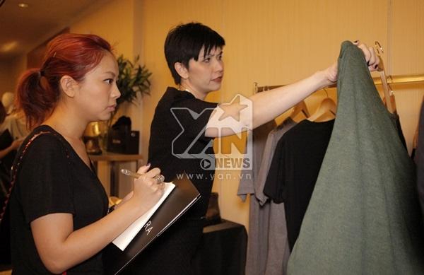 Đại diện truyền thông về thời trang của các nước được tận mắt xem chất liệu vải cũng như chất lượng của từng sản phẩm trong bộ sưu tập đầu tiên này.