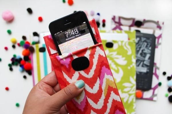 Những loại bao đựng hay ốp vải luôn phù hợp để bảo vệ smartphone, thế nhưng đây lại là những vật phẩm không nên sử dụng trong mùa mưa.