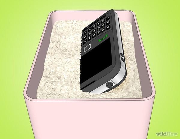 Đặt smartphone vào tủ chống ẩm hoặc để trong bát sâu có chứa hạt hút ẩm, gạo rang... Tuyệt đối không sử dụng máy sấy để làm khô thiết bị vì nhiệt độ từ máy sấy có thể làm hỏng các mối hàn bên trong bảng mạch.