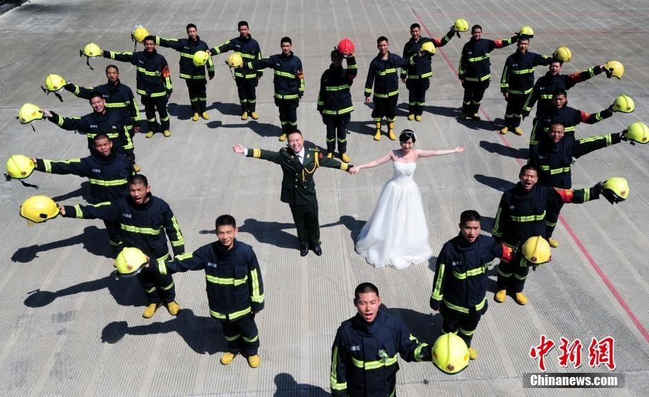 Thích thú với bộ ảnh cưới giản dị của anh lính cứu hoả