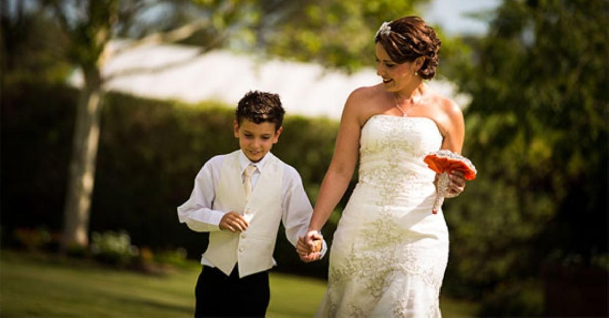 Xúc động phát biểu của cậu bé 13 tuổi trong đám cưới mẹ
