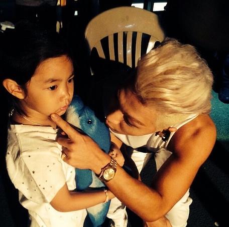 Taeyang khoe hình đang chơi với Haru cực đáng yêu
