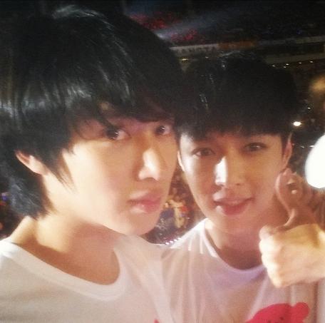 Heechulkhoe hình chụp cùng đàn em Lay trong chương trỉnh SM Town