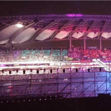 Key khoe hình khán giả cùng với đèn phát sáng đủ màu trong chương trình SM Town