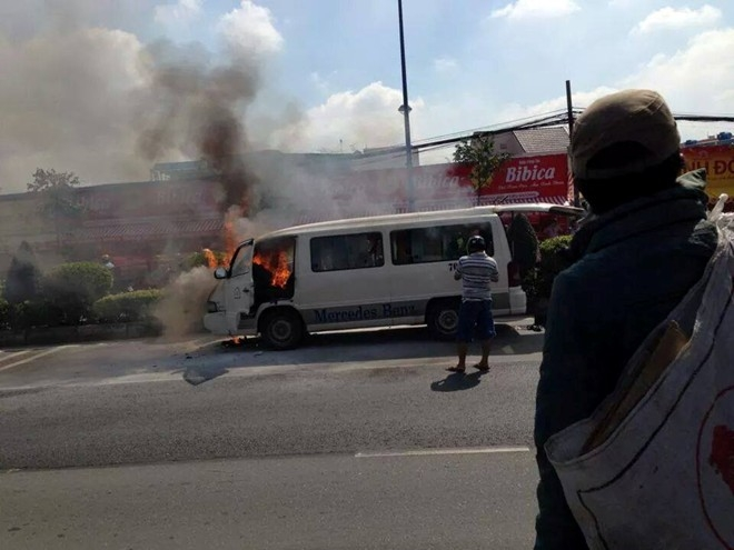 Xe chở 12 bệnh nhân cháy dữ dội ở Sài Gò