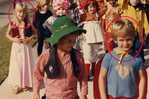 Jasontrong bộ trang phụcSupermanvà cô bé tóc vàngJessicamặc váy hồng. Cả hai đã gặp và đi chơi cùng nhau trong lễ hộiHalloweengần 30 năm về trước