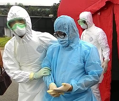 Sân bay Tân Sơn Nhất diễn tập tiếp nhận hành khách nghi nhiễm Ebola