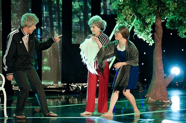 Bên cạnh vai trò MC chính cho Gala Nhạc Việt, trong mỗi số Trấn Thành còn thể hiện sự đa tài của mình khi tham gia biểu diễn trong chương trình, đã thành quen thuộc ở mỗi số Trấn Thành sẽ hóa thành những nhân vật khác nhau trong từng vở diễn.