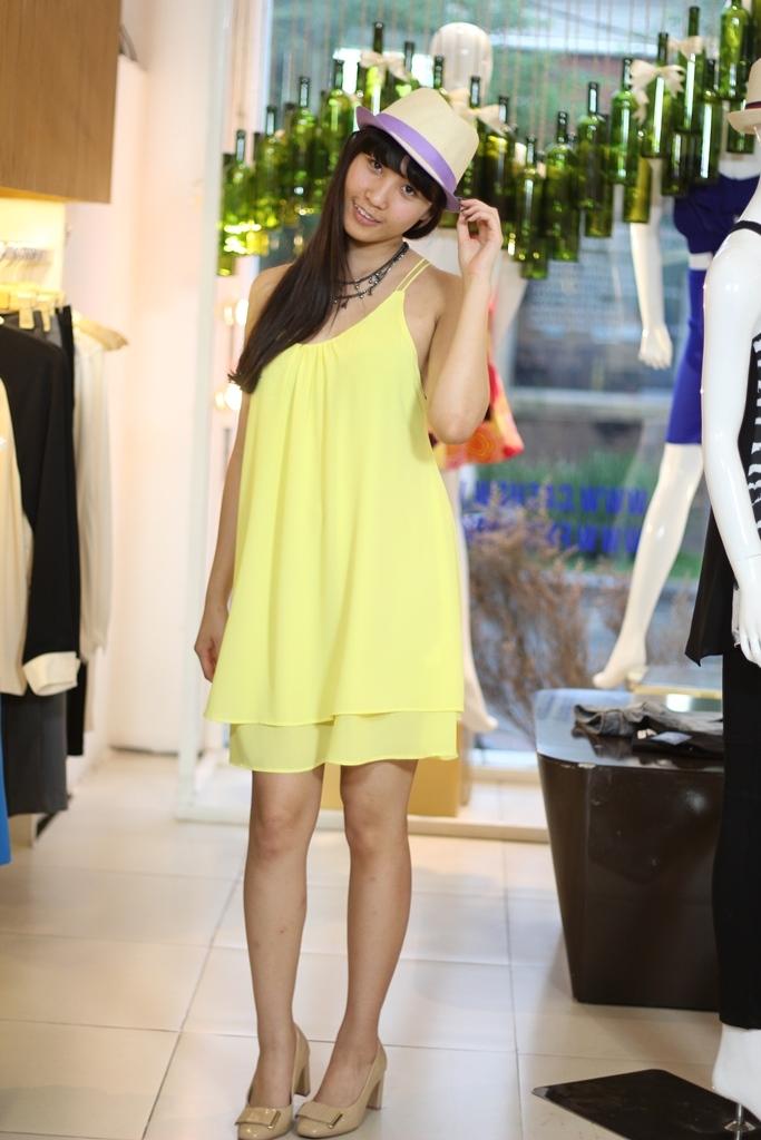 Vì thế khi diện váy đầm mang những sắc màu đậm chất Thu, điều đó khiến các bạn nữ trở nên đáng yêu và hợp thời hơn bao giờ hết.