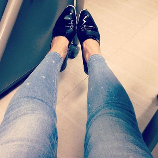 Victoria bất ngờ khoe chân và đôi giày