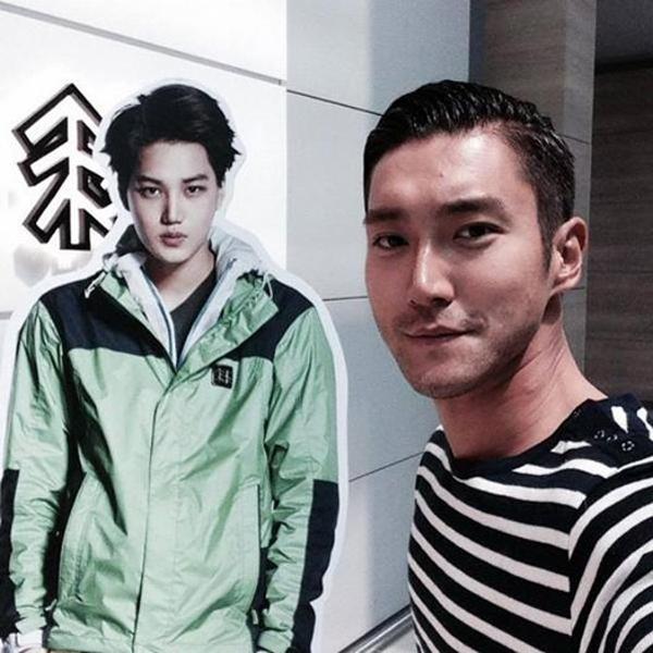 """Siwon bắt gặpstandee của Kai và chụp với """"anh"""" một tấm hình cùng lờinhắn nhủ Kai mau tạo tài khoản twitter"""