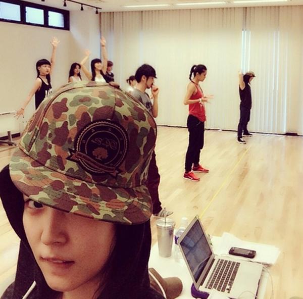 BoA đôi nón quân đội cực phong cách trong phòng tập