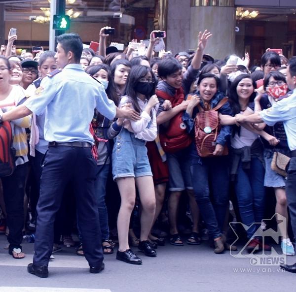 """Tình trạng hỗn loạn của các bạn fan khi thấy thần tượng Lee Jong Suk """"bằng xương bằng thịt""""."""