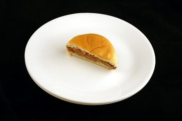 Nửa miếng bánh hamburger = 200 calo