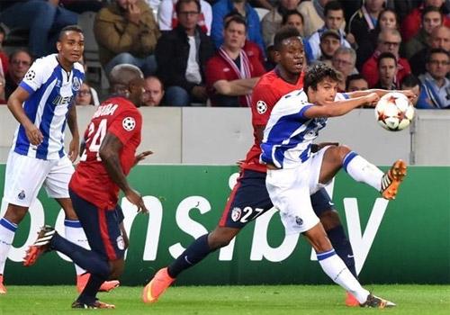 Neves (áo sọc, phải) trong trận thắng Lille 1-0 hôm 20/8 vừa qua. Ảnh: MSN.