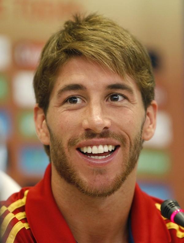 Bỏ đi mái tóc dài lãng tử, Ramos càng thêm mạnh mẽ, quyến rũ với bộ râu khá cầu kì và tóc ngắn thời trang.