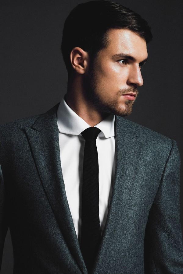 Bộ râu khiến khuôn mặt vốn hoàn hảo của Ramsey càng lạnh lùng, nam tính hơn.