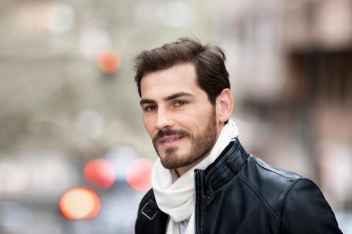 Thủ thành của La Roja già dặn và nam tính hơn với bộ râu rậm.