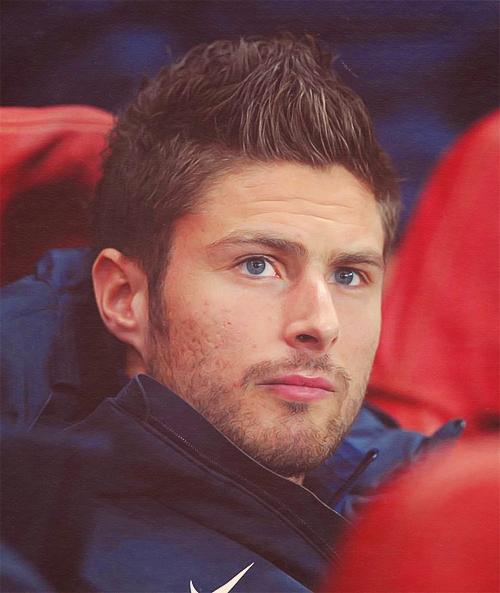 Bộ râu của Giroud cũng khiến tiền đạo điển trai này nam tính, cuốn hút hơn.