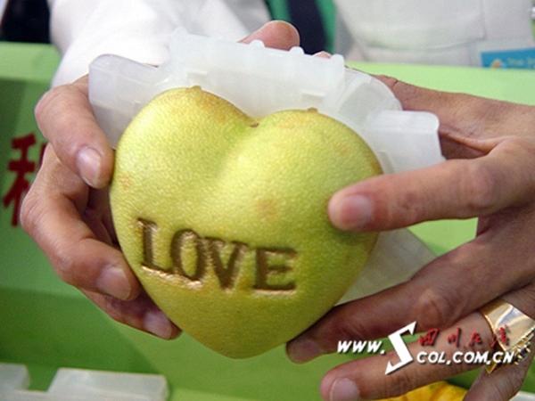 Không chỉ tạo dáng trái tim đơn thuần, người ta còn có thể khắc chữ lên phía trên vỏ quả, rất thích hợp để dùng làm quà tặng
