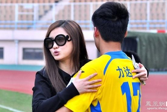 """Sau mỗi chiến thắng của đội nhà, các cầu thủ sẽ được chủ tịch """"thưởng"""" 1 cái ôm"""