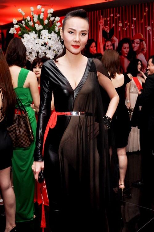 Những trang phục xuyên thấu phản cảm của sao Việt