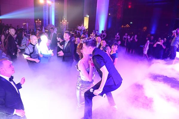 Với màn trình diễn sôi động của Mr.Đàm trên sân khấu, Hồ Ngọc Hà đã lao lên để dành tặng cho Đàm Vĩnh Hưng một nụ hôn đặc biệt. - Tin sao Viet - Tin tuc sao Viet - Scandal sao Viet - Tin tuc cua Sao - Tin cua Sao