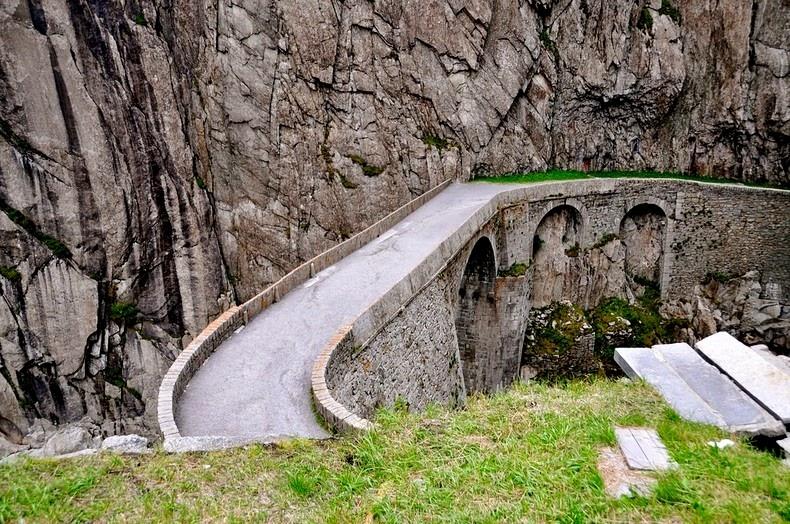 """Ngắm """"cầu quỷ xây"""" ở Thụy Sĩ"""
