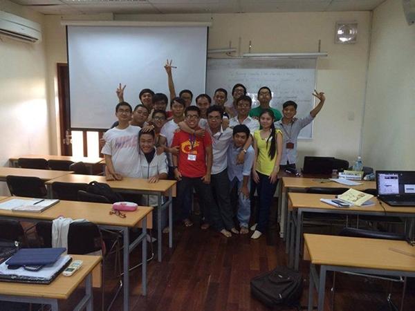 Kim Hoàng (áo vàng) được bạn bè nể phục bởi thành tích học tập xuất sắc.