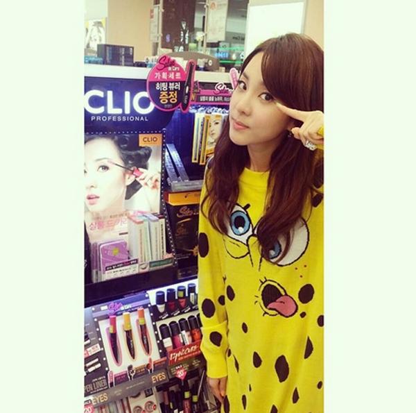 Dara bất ngờ chụp hình trước quyển tạp chí trang điểm có hình mình