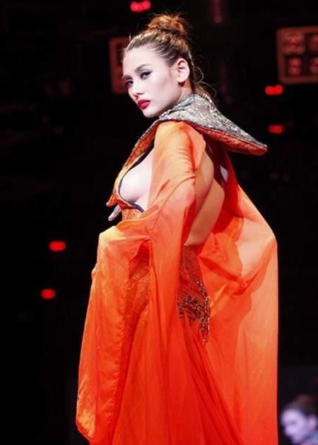Váy hở sườn từ táo bạo đến gieo tai tiếng cho mỹ nhân Vbiz