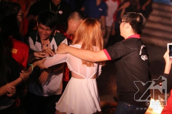 Sĩ Thanh hạnh phúc trong vòng tay của của người hâm mộ.