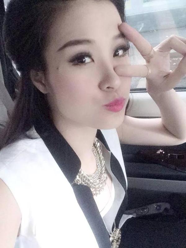 Đông Nhi nhí nhảnh chụp ảnh selfie tặng cho các bạn fan thân yêu.