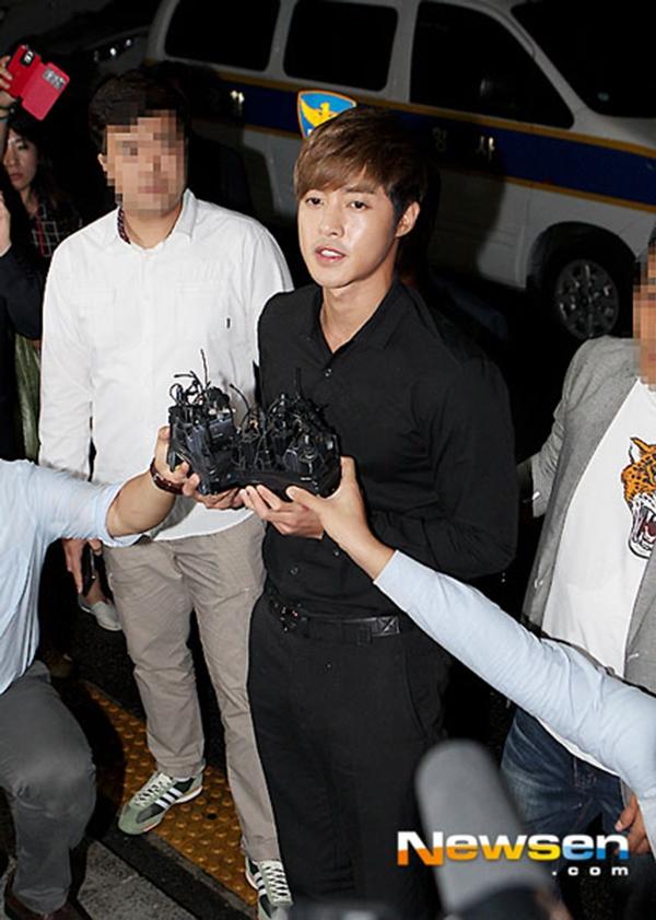 Kim Hyun Joong trong buổi triệu tập của cảnh sát vào hôm qua 2/9