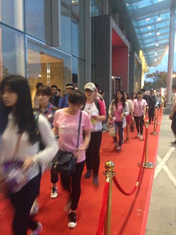Trước đó, lúc 18h00, những fan may mắn xếp hàng vào trong để giao lưu với SNSD